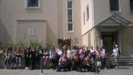 Religionsgruppe vor der Synagoge
